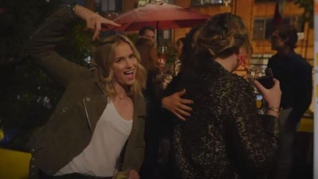 Jacket in suede green Guinevere aka Beck (Elizabeth Garlic) seen in You Season 1 Episode 1 - TV Show Outfits and Products