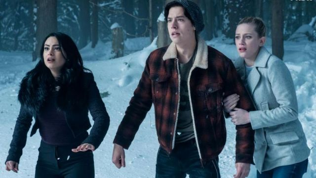 Fashion Trends 2021: Jacket plaid red and black of Jughead (Cole Sprouse) seen in Riverdale Season 1E13