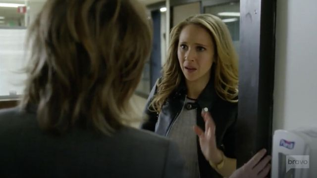 Fashion Trends 2021: Joie Filana B Sweater made of viscose in grey outfit seen on Veronica Newell (Juno Temple) in Dirty John S01E08