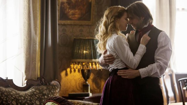 Lamp victorian in the series 12 Monkeys Season 3 Episode 8 - TV Show Outfits and Products