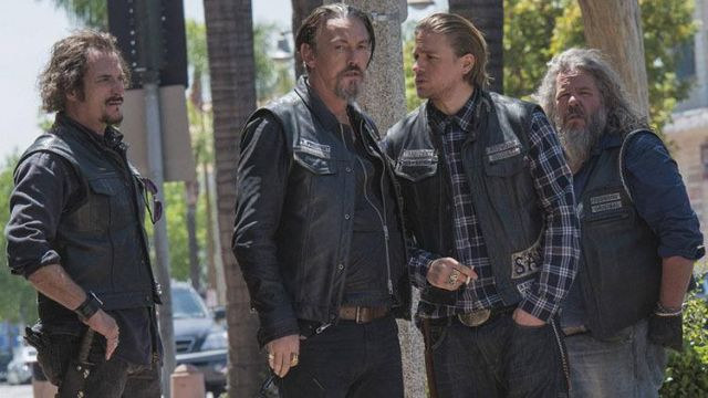 Fashion Trends 2021: Leather jacket without sleeve of Jax Teller (Charlie Hunnam) seen in Sons Of Anarchy Season 7 Episode 1