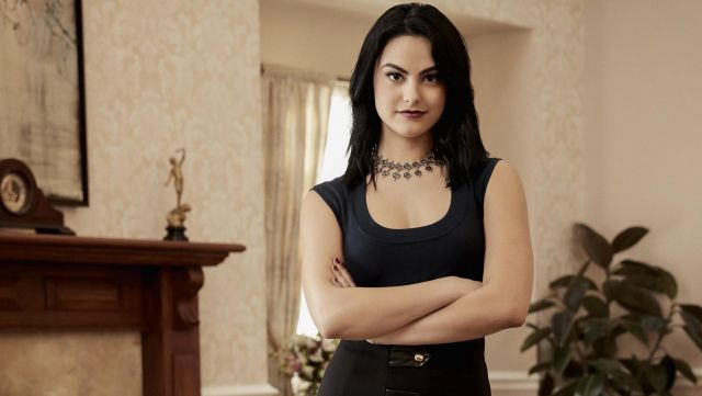 Fashion Trends 2021: Little black dress from Veronica Lodge (Camilia Mendes) seen in Riverdale (promotional photo season 1)