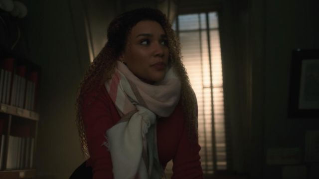 Madewell Stripe Blanket Scarf outfit seen on Allison Hargreeves (Emmy Raver-Lampman) in The Umbrella Academy S01E03