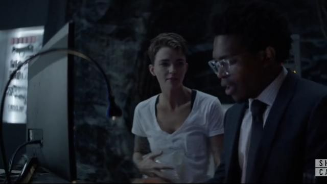 Madewell White Cotton V Neck Pocket Tee outfit worn by Kate Kane (Ruby Rose) in Batwoman Season01 Episode06 - TV Show Outfits and Products