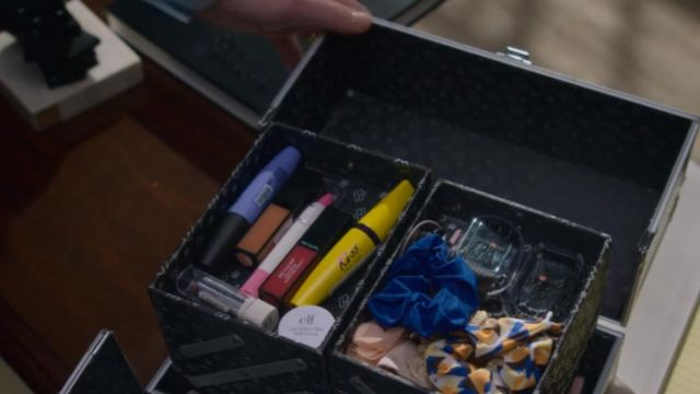 Mascara Kiss in the kit of makeup of Bob Armstrong (Dallas Roberts) seen in Insatiable (Season 1 Episode 2) - TV Show Outfits and Products