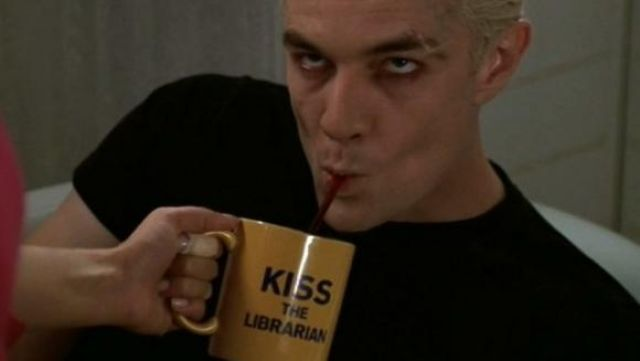 """Fashion Trends 2021: Mug with """"Kiss the librarian"""" Rupert Giles (Anthony Stewart Head) seen in Buffy the vampire slayer Season 4 Episode 9"""
