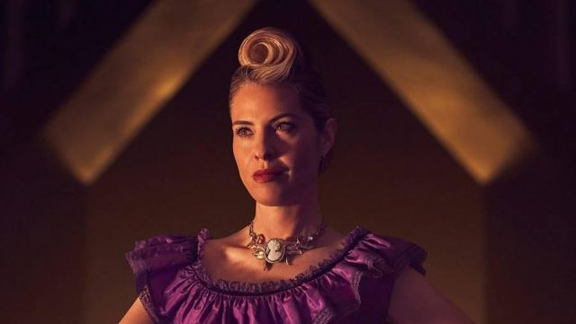 Necklace victorian Coconut St. Peter Vanderbilt (Leslie Grossman) seen in American Horror Story Revelation (Season 8) - TV Show Outfits and Products
