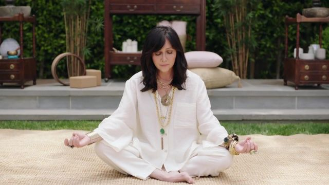 Oversized white yoga shirt outfit worn by Shannen Doherty as seen in Beverly Hills, 90210 - TV Show Outfits and Products