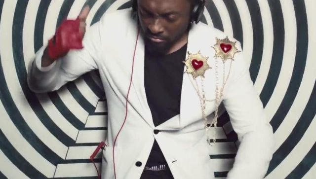 Pin star/heart scope by Will.i.am in her video clip This is Love feat. Eva Simons