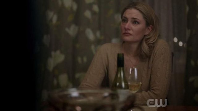 Pull col V Ralph Lauren outfit worn by Alice Cooper (Mädchen Amick) seen in Riverdale (Season 1 Episode 9) - TV Show Outfits and Products