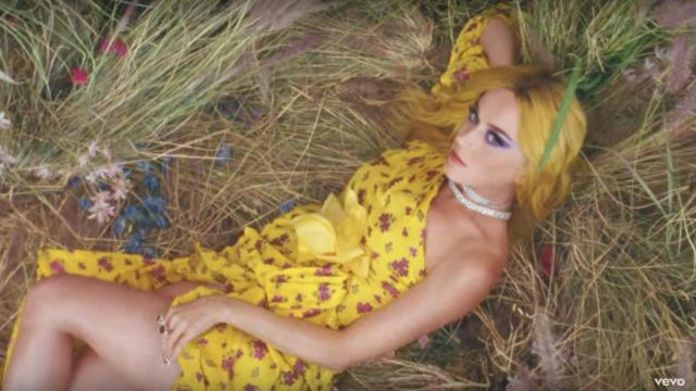 Ring with blue Topaz by The Vian of Katy Perry in the clip Feels - Youtube Outfits and Products