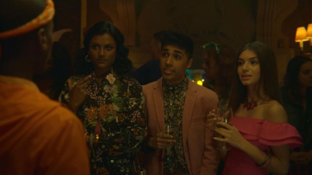 Fashion Trends 2021: Ruby's (Mimi Keene) pink flowers necklace as seen in Sex Education S01E02