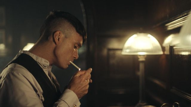 Fashion Trends 2021: Shirt grey round neck Thomas Shelby (Cillian Murphy) seen in Peaky Blinders Season 4 Episode 5