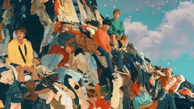 Shoes Converse black in the clip Spring Day BTS - Youtube Outfits and Products