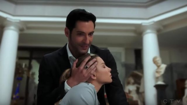 Signet ring of Lucifer Morningstar (Tom Ellis) seen in Lucifer Season 3E24 - TV Show Outfits and Products