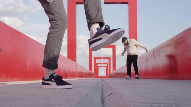 Sneakers Puma Suede navy blue in the clip R2D2 of Lomepal