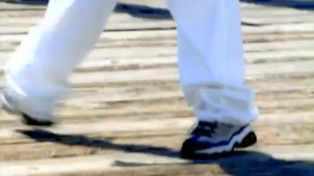 Sneakers Skechers Britney Spears in the clip Sometimes - Youtube Outfits and Products