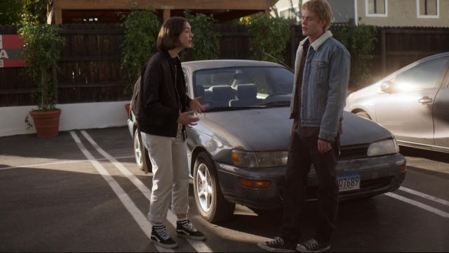 Sneakers Vans SK8 black outfit worn by Casey Gardner (Brigette Lundy-Paine) seen in Atypical Season 2 Episode 5 - TV Show Outfits and Products