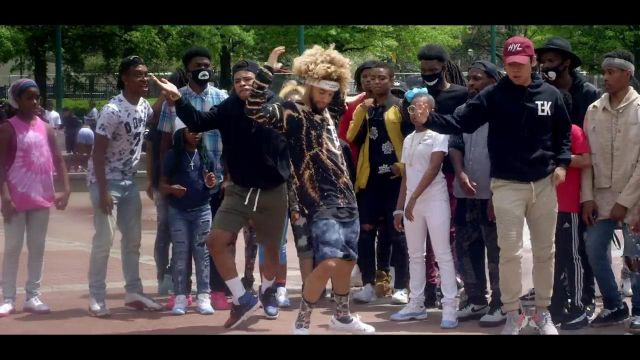 Fashion Trends 2021: Sneakers Yeezy boost 350 in the clip, the Rolex Ayo & Teo