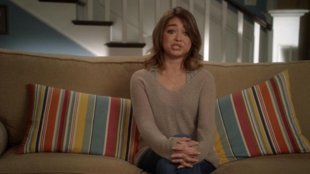 Sweater light beige of Haley Dunphy (Sarah Hyland) seen in Modern Family (Season 8E14) - TV Show Outfits and Products