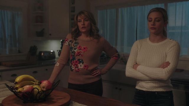 Fashion Trends 2021: Sweater with the flowers of Alice Cooper (Mädchen Amick) seen in Riverdale Season 2E13