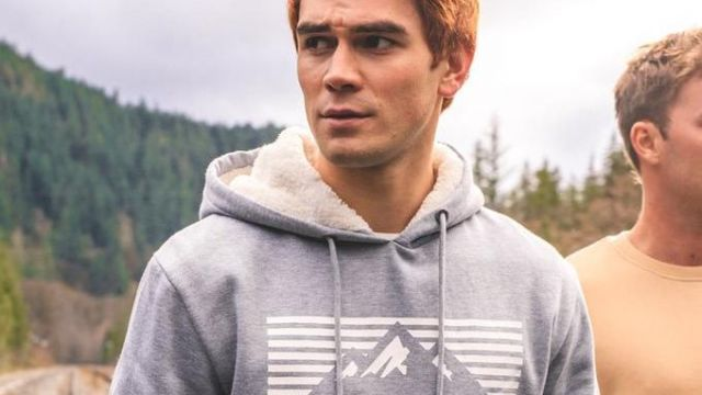 Fashion Trends 2021: Sweatshirt hoody gray of Archie Andrews (K. J. Apa) on the shooting of Riverdale