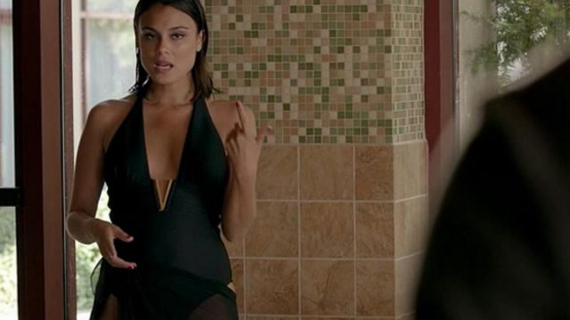 Fashion Trends 2021: Swimsuit Sybil (Nathalie Kelley) seen in The vampire diaries Season 8 Episode 2