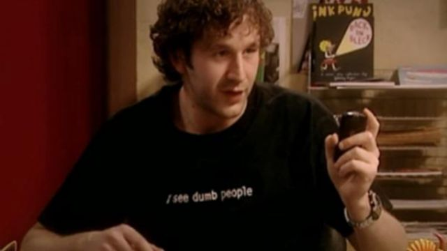 """Fashion Trends 2021: T-shirt """"I see dumb people"""" of Roy (Chris O'dowd) seen in The It Crowd Season 2 Episode 2"""