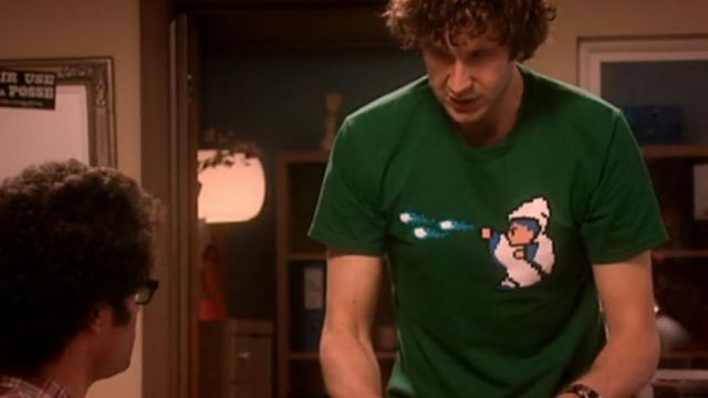 """Fashion Trends 2021: T-shirt """"Magic Missiles Kill People"""" of Roy (Chris O'dowd) seen in The IIT Crowd (Season 2 Episode 6)"""