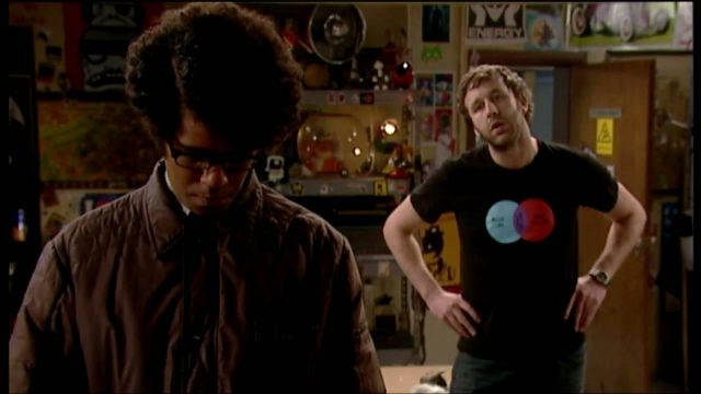 """Fashion Trends 2021: T-shirt """"Music I like"""" of Roy (Chris O'dowd) seen in The It Crowd Season 3 Episode 1"""