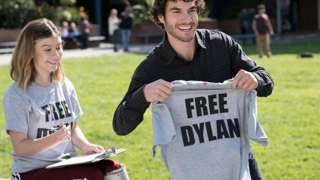 """T-shirt """"Save Dylan's"""" Chloe Lyman (Taylor Dearden) seen in American Vandal (Season 1) - TV Show Outfits and Products"""