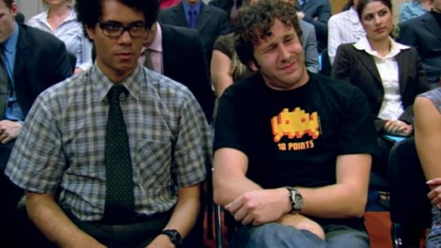 """Fashion Trends 2021: T-shirt Space Invaders """"10 points"""" of Roy (Chris O'dowd) seen in The It Crowd Season 1 Episode 2"""