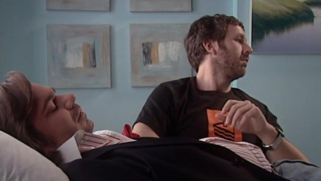 """Fashion Trends 2021: T-shirt """"The Cake is a lie"""" of Roy (Chris O'dowd) seen in The It Crowd"""