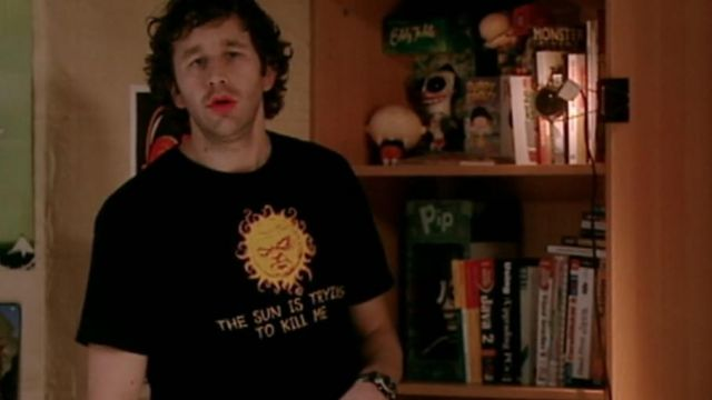 """Fashion Trends 2021: T-shirt """"The Sun is trying to kill me"""" Roy (Chris O'dowd) seen in The IT Crowd"""