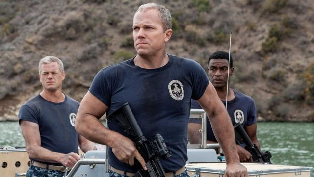 Fashion Trends 2021: T-shirt navy blue crew of the USS Nathan James (DDG-151) seen in The last ship