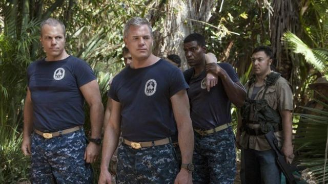 Fashion Trends 2021: T-shirt of the UUS Nathan James Tom Chandler (Eric Dane) seen in The last ship Season 1 Episode 5