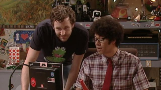 Fashion Trends 2021: T-shirt pixelated Kermit outfit worn by Roy (Chris O'dowd) seen in The IT Crowd Season 3 Episode 2