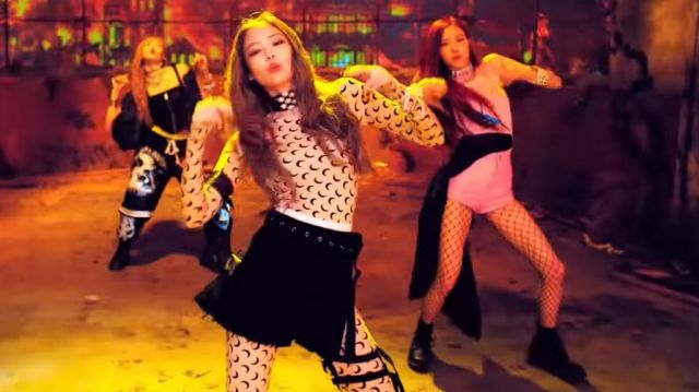 The T-shirt beige printed moons of Jennie Kim in the clip DDU-DDU-THE of BLACKPINK - Youtube Outfits and Products
