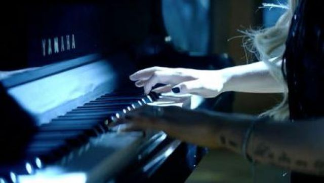 The Yamaha grand piano of Avril Lavigne in the clip Let Me Go - Youtube Outfits and Products