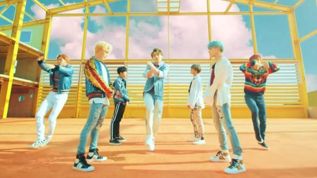 The boots Sunset Sneaker black and white in the clip DNA of BTS - Youtube Outfits and Products