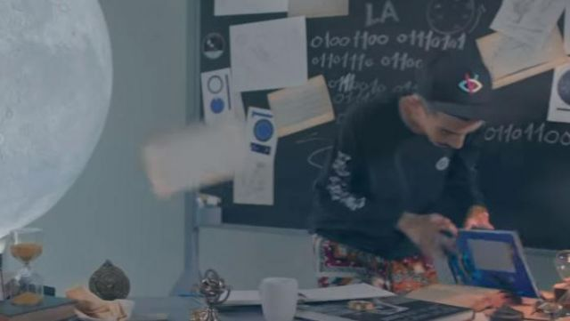 The cap's Visionary Bigflo in the clip On the moon from Bigflo & Oli - Youtube Outfits and Products