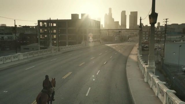 The centre of the city of Los Angeles in the clip Wake Me Up of Avicii - Youtube Outfits and Products