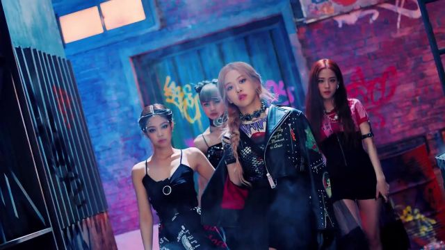 The choker in silver Alexander McQueen pink in the clip Kill-This Love of Blackpink - Youtube Outfits and Products