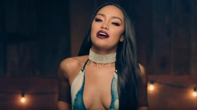 The collar choker Leigh-Anne Pinnock in the clip No more, sad song of Little Mix - Youtube Outfits and Products