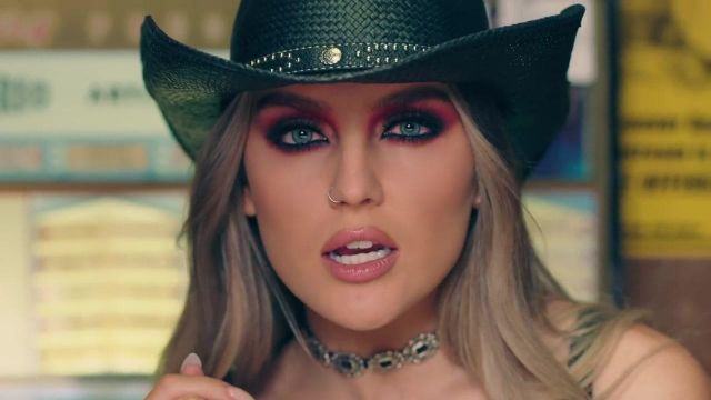 The collar flush with neck choker of Perrie Edwards in the clip No more, sad song of Little mix - Youtube Outfits and Products