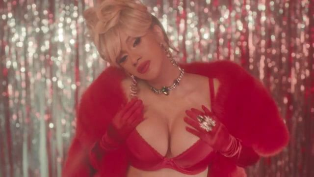The collier ras-de-neck House of Emmanuele Emerald City Thalia Cardi B in the clip Bartier Cardi (feat. 21 Savage) - Youtube Outfits and Products
