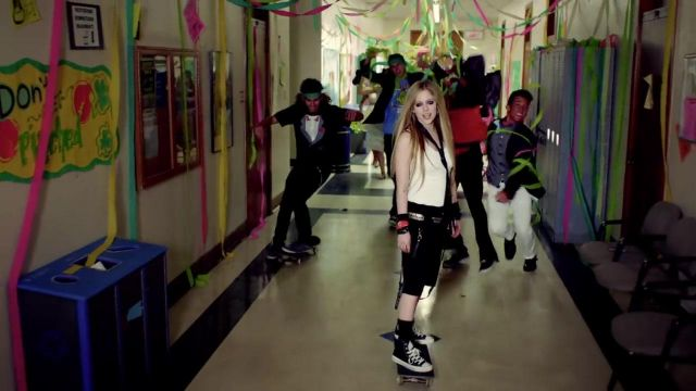 The converse black Avril Lavigne in the clip Here's to never growing up - Youtube Outfits and Products