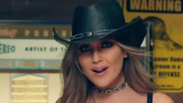 The cowboy hat of Perrie Edwards in the clip No more sad songs of Little mix - Youtube Outfits and Products