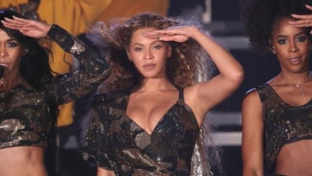 The dress camouflage of Beyoncé at the festival Coachella 2018 - Youtube Outfits and Products