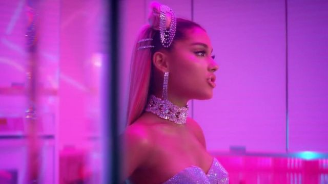 The earrings in the crystal of Ariana Grande in clip 7 rings - Youtube Outfits and Products
